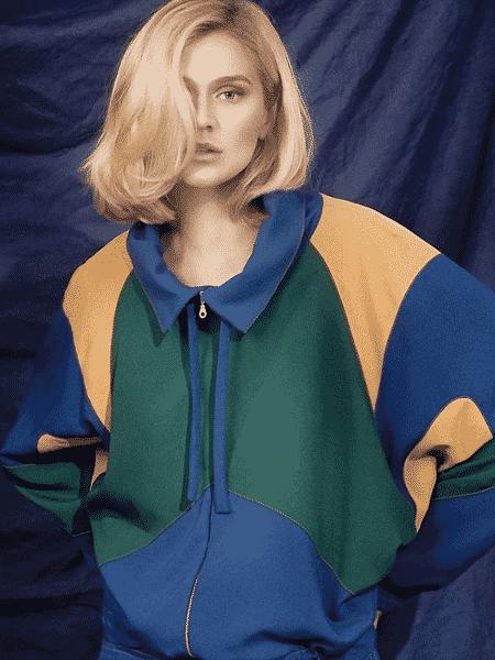 Celina Locks veste uma das peças de sua coleção inspirada pelo futebol - Reprodução/Instagram