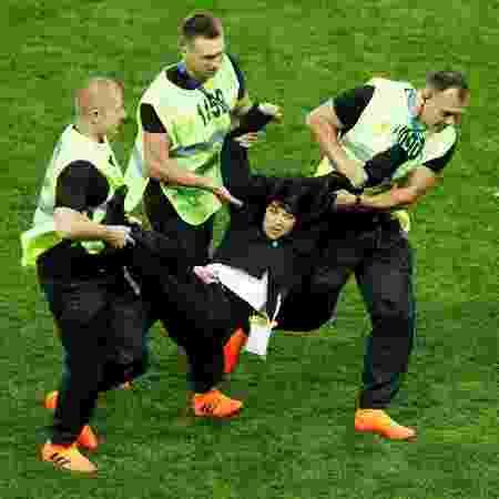 Mulher é retirada do campo durante a partida entre França e Croácia - Maxim Shemetov/Reuters - Maxim Shemetov/Reuters