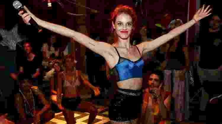 A atriz Laura Neiva faz performance no Cabaret Tá Na Rua, no Rio de Janeiro - Roberto Filho/Brazil News