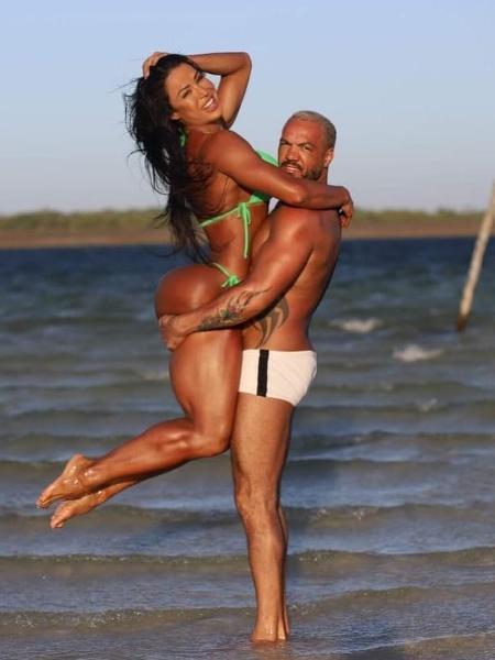 Belo levanta Gracyanne na praia - Reprodução/Instagram