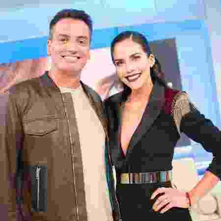 """Leo Dias promove biografia não autorizada de Anitta no programa """"Sensacional"""", de Daniela Albuquerque - Andrea Dallevo/Divulgação RedeTV!"""