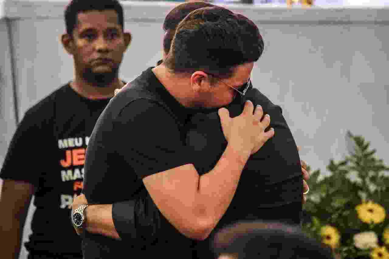 Wesley Safadão e Xand Avião se abraçam no velório de Gabriel Diniz, em João Pessoa - Steven Ellison/Brazil News