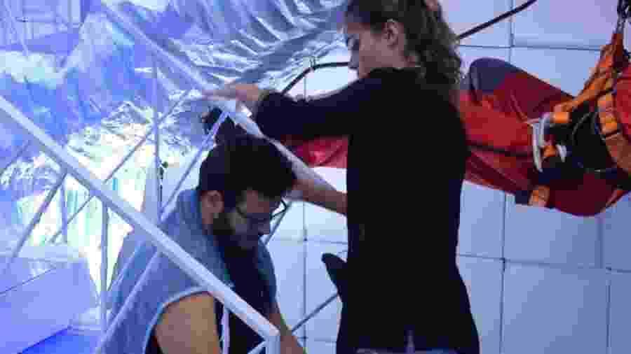 Gizelly cortando o cabelo de Victor Hugo - Reprodução/Globoplay