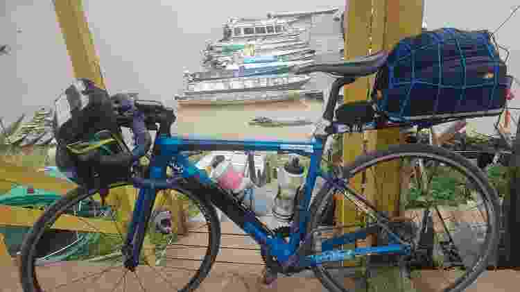 Bike escolhida por Fernando, com pouca bagagem para enfrentar as subidas do trajeto de 10 mil km - Acervo