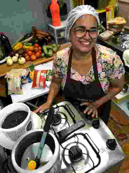 Gerlândia Lima, primeira cozinheira solidária e ex-aluna da Gastromotiva, em Bonsucesso, bairro onde mora - Divulgação