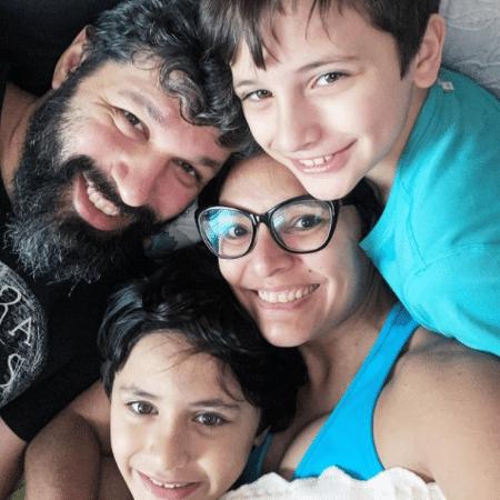 A médica Rafaella com o marido, Gilson, e os filhos Angelo, de 10 anos, e Dante, que tem 7 - acervo pessoal