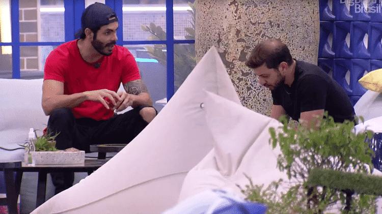 BBB 21: Caio e Rodolffo conversam na varanda  - Reprodução/Globoplay - Reprodução/Globoplay