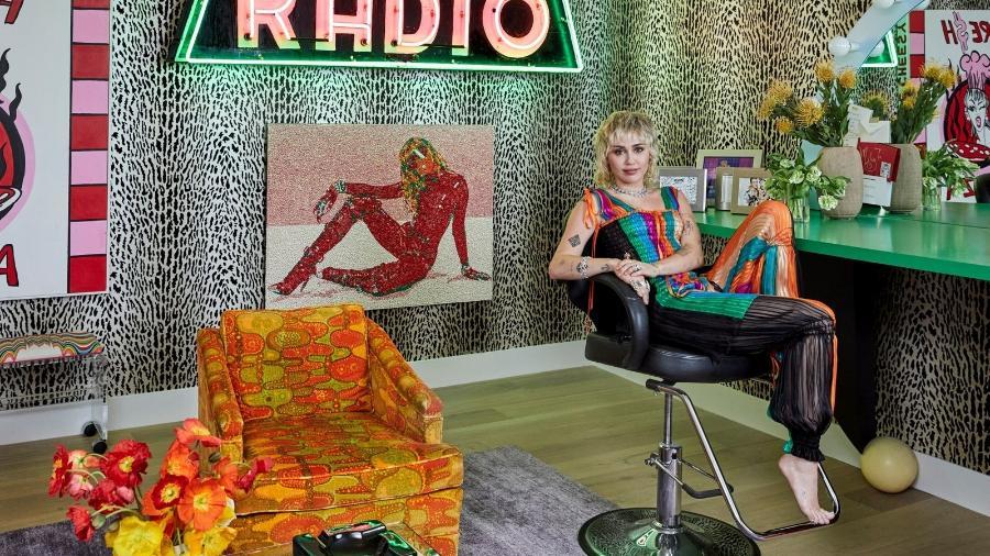 Miley Cyrus em sua mansão, que contou com a ajuda da mãe, Tish Cyrus, para a transformação na decoração com cores, instrumentos musicais e objetos irreverentes - Jenna Peffle/AD