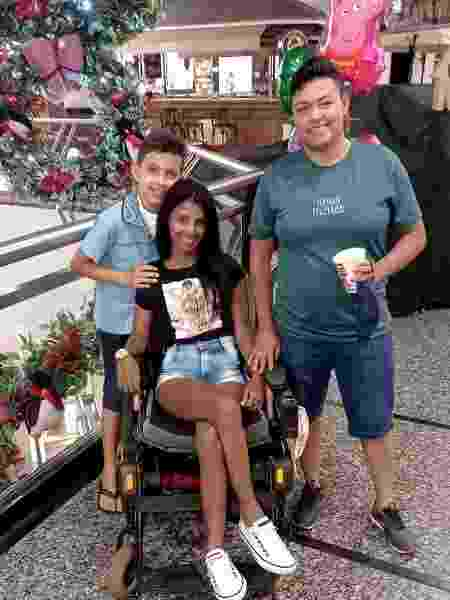 Karina ao lado do filho, de 10 anos, e da esposa Patrícia - Acervo pessoal - Acervo pessoal