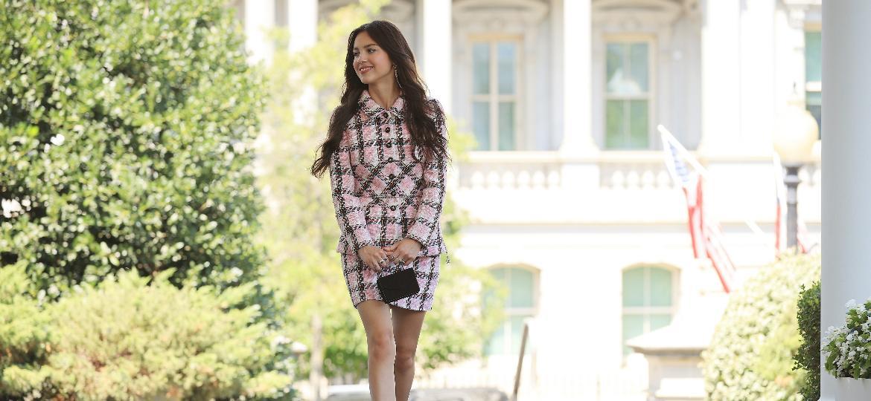 """Jackie Kennedy e o filme """"Patricinhas de Beverly Hills"""" estavam entre as referências do tailleur da Chanel usado por Olivia Rodrigo na Casa Branca - Getty Images"""