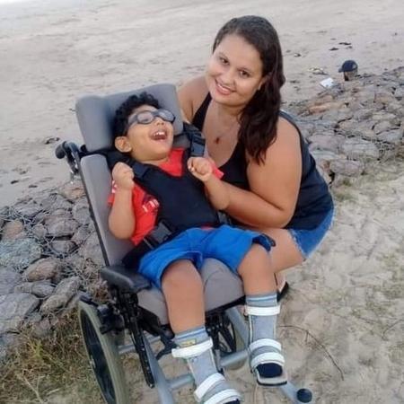 Ana Maria Pereira abandonou o emprego de babá para assumir os cuidados do sobrinho - Arquivo pessoal/BBC