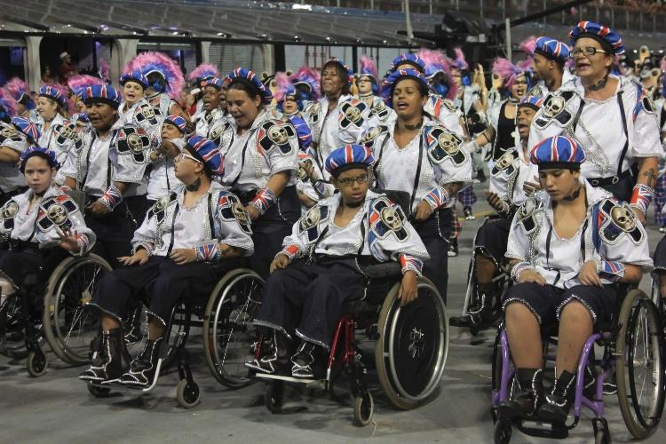 6.fev.2016 - Rosas de Ouro levou ala de cadeirantes para o Anhembi na madrugada deste sábado