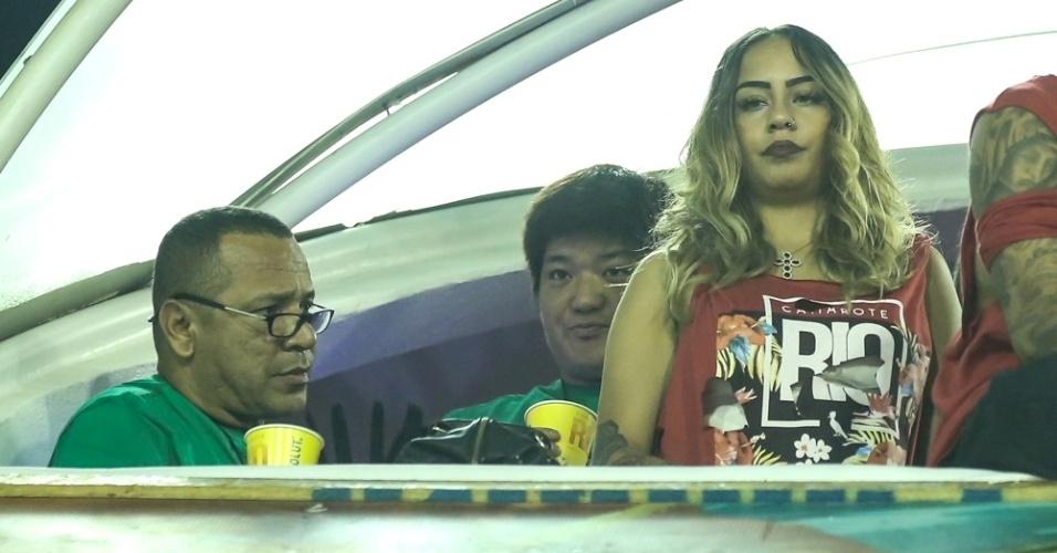 6.fev.2016 - Denunciado por sonegação de impostos e falsidade ideológica, Neymar pai não parece se divertir no camarote, enquanto assiste aos desfiles do grupo de acesso, ao lado da filha, Rafaela. Na última madrugada, ele discutiu feio com jornalistas de Barcelona que aguardavam a saída de Neymar filho de uma boate