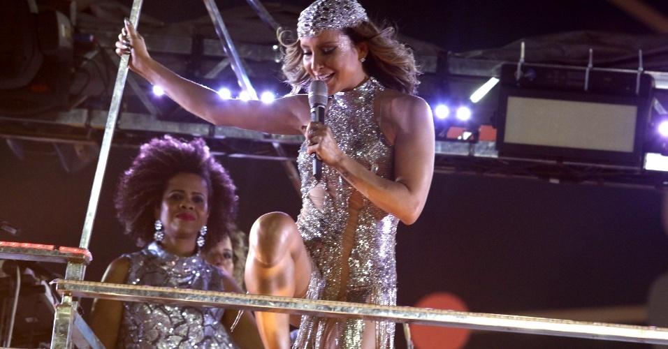9.fev.2016 - Com figurino inspirado na cantora Cher, Claudia Leitte arrasta o bloco Largadinho pelo circuito Barra/Ondina em Salvador
