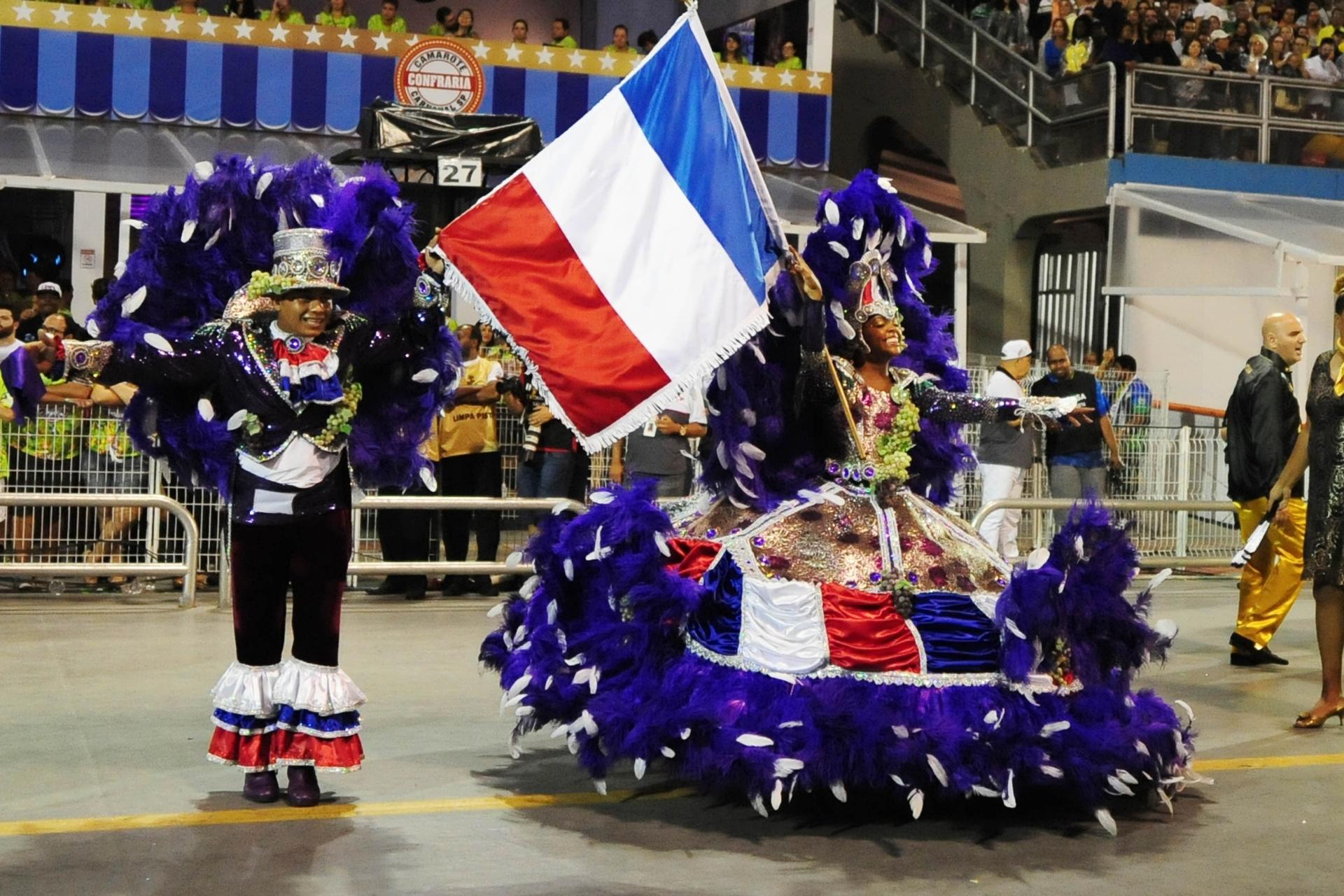 13.fev.2016 - Mestre-sala e porta-bandeira da Vai-Vai se vestem com as cores da bandeira da França