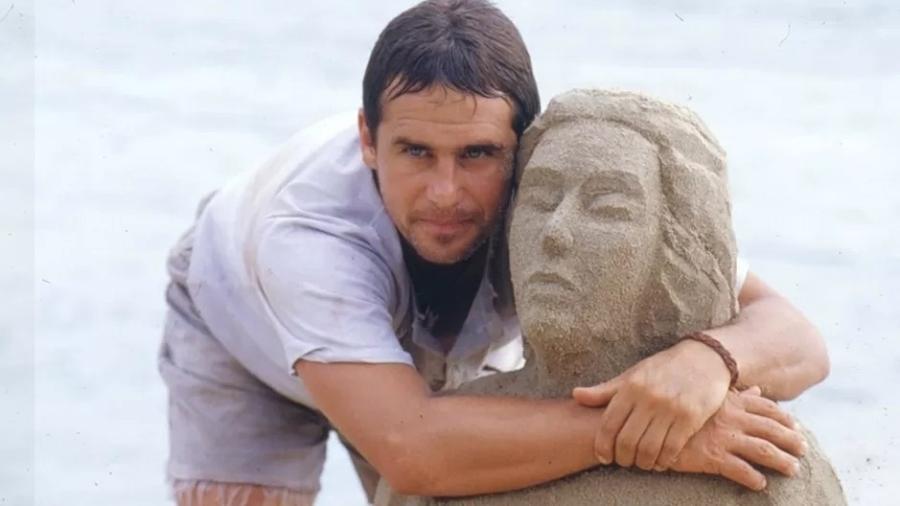 """Tonho da Lua (Marcos Frota) abraça escultura que fez para Ruth (Gloria Pires) em """"Mulheres de Areia"""" (1993) - Divulgação/Viva"""