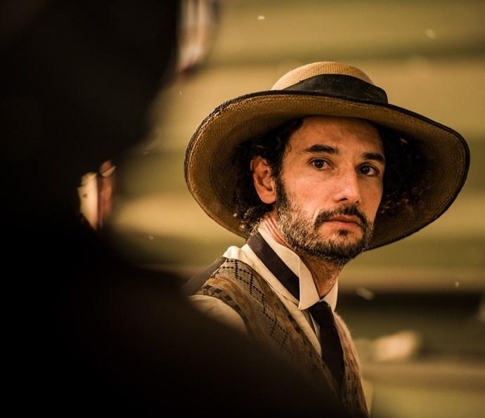 Afrânio (Rodrigo Santoro) recebe a notícia da morte do pai em