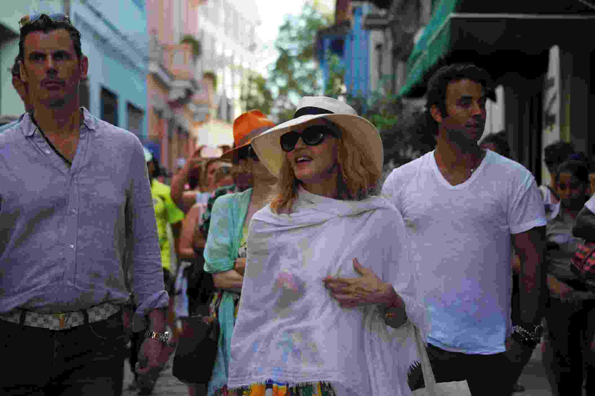 17.ago.2016 - Madonna anda pelas ruas de Havana durante viagem de aniversário pela capital cubana - AFP PHOTO/YAMIL LAGE