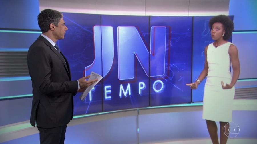 """William Bonner brinca com Maria Júlia Coutinho no """"Jornal Nacional"""" - Reprodução/TV Globo"""