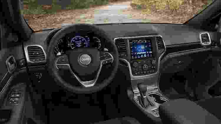 Central multimídia tem tela de 8,4 polegadas e sistema UConnect com conexão para Carplay e Android Auto - Divulgação