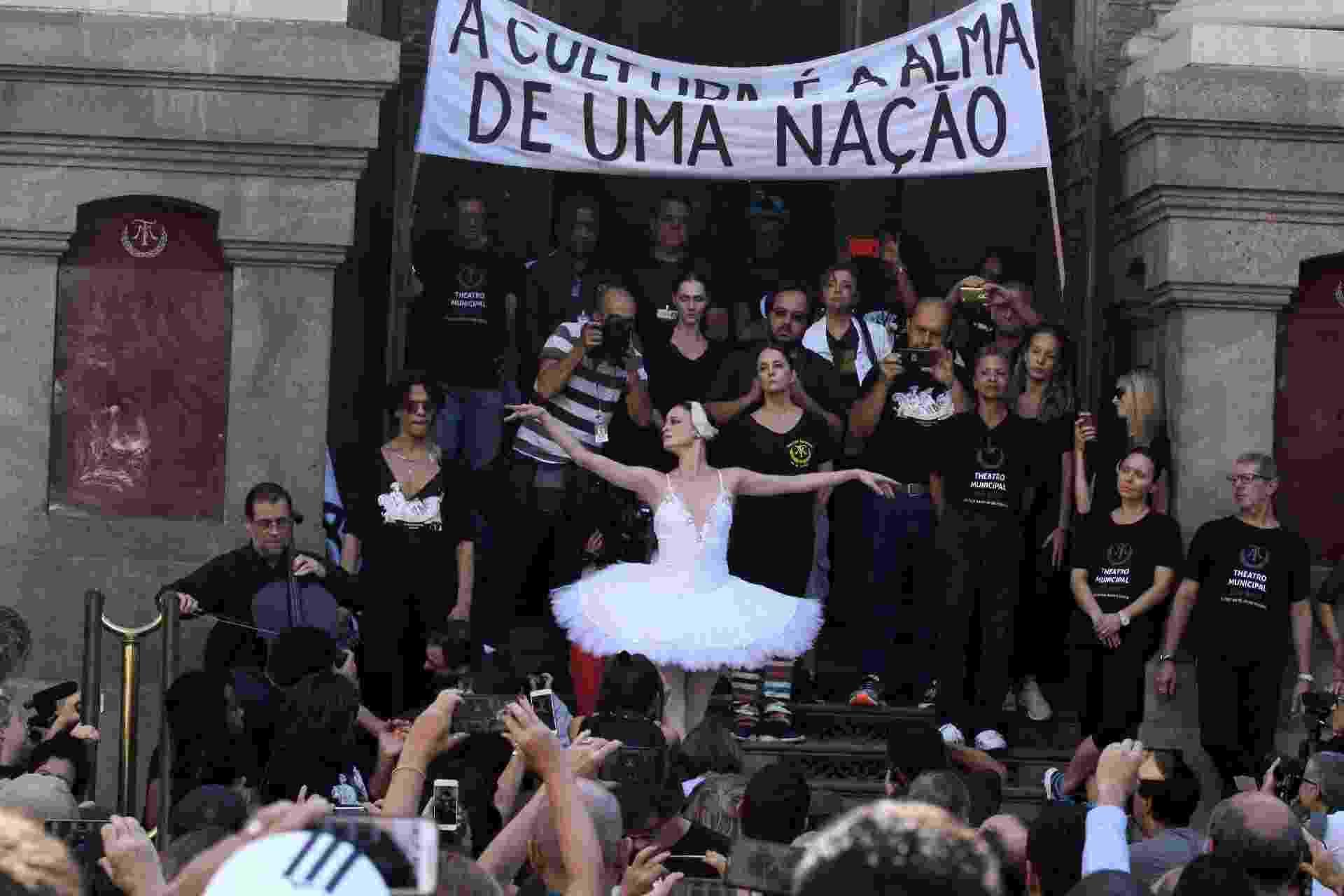 Funcionários do Theatro Municipal do Rio protestam pela falta de pagamento de salários pelo Governo do Estado, na Cinelândia no nesta terça (9) - Clever Felix/Brazil Photo Press/Folhapress
