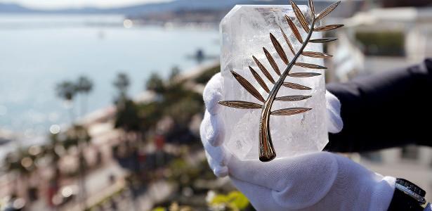 Funcionário exibe a Palma de Ouro, prêmio máximo do Festival de Cannes