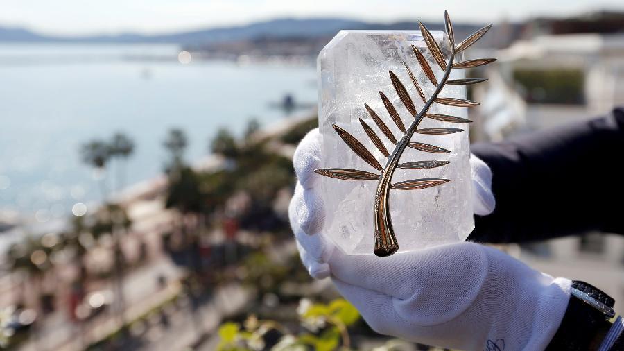 Funcionário exibe a Palma de Ouro, prêmio máximo do Festival de Cannes - Regis Duvignau/Reuters