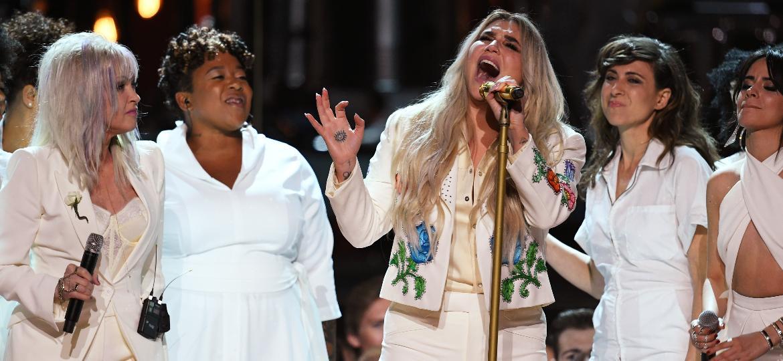 Entre Cyndi Lauper e Camila Cabello, Kesha canta emocionada no palco do Grammy 2018 - Getty Images