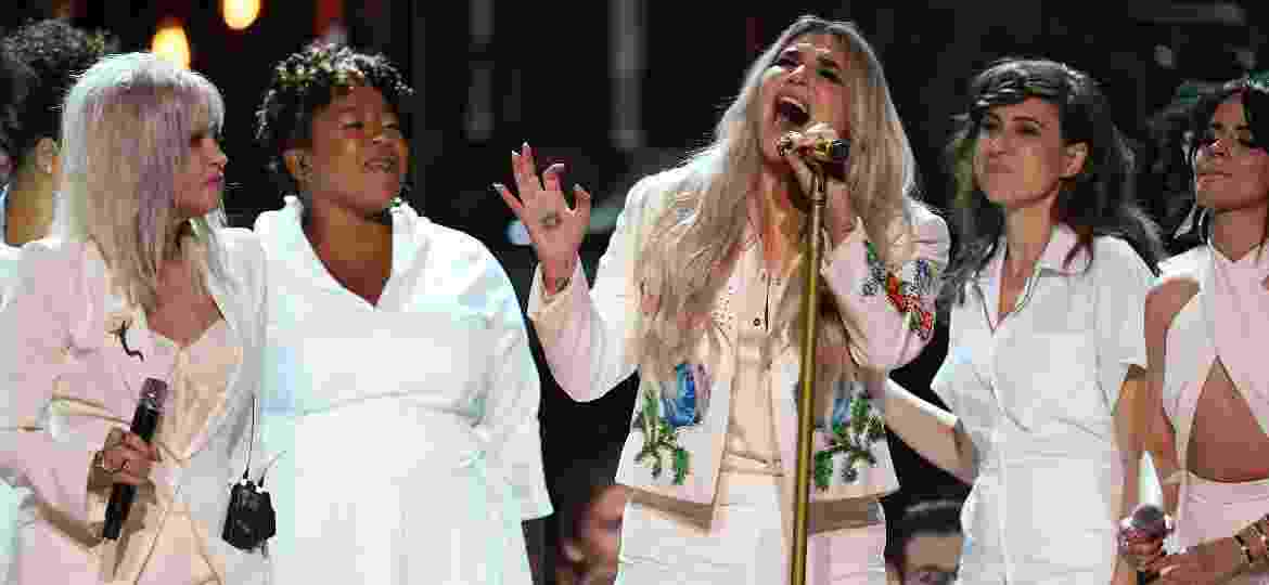 Entre Cyndi Lauper e Camila Cabello, Kesha canta emocionada no palco do Grammy 2018 - Getty Images