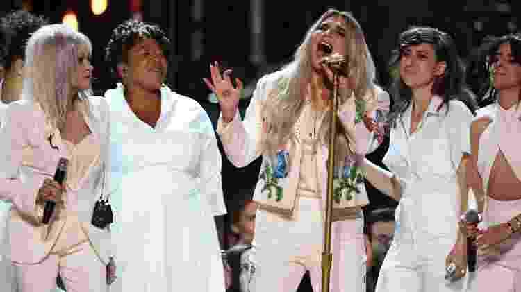 Entre Cyndi Lauper e Camila Cabello, Kesha canta emocionada no palco do Grammy 2018 - Getty Images - Getty Images