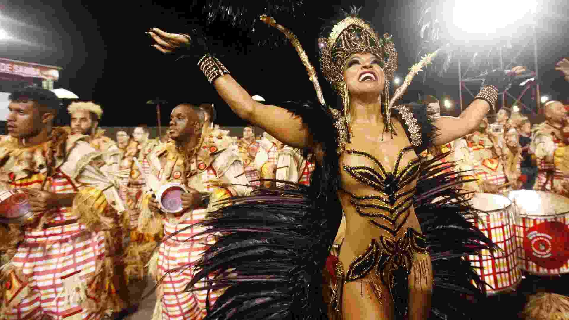 A rainha de bateria Simone Sampaio desfila na Dragões da Real no Carnaval 2018 - Ricardo Matsukawa/UOL