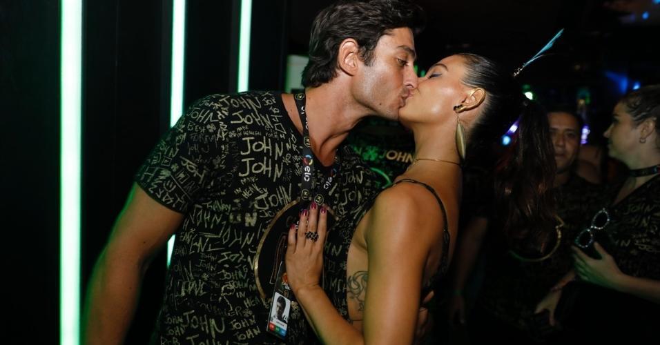 Isis Valverde beija o namorado, André Resende, no camarote CarnaUOL RJ/N1, localizado no ponto mais privilegiado da Marquês de Sapucaí