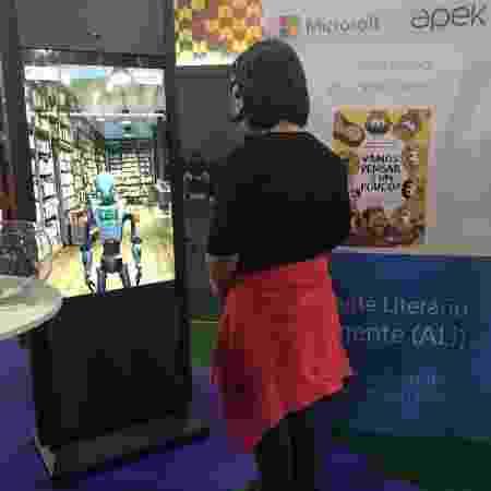 Ali, o robozinho Assistente Literário Inteligente, da Microsoft, tira dúvidas sobre livro na Bienal - Divulgação - Divulgação