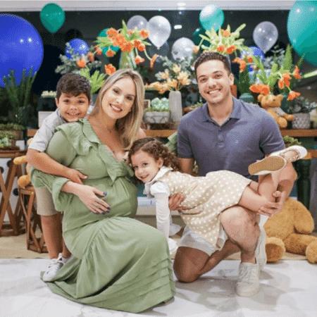 Wesley Safadão com sua mulher, Thyane, e os filhos, Ysis e Yhudy - Reprodução/Instagram