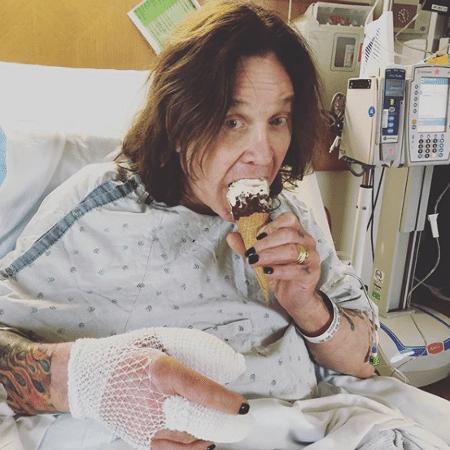 Ozzy Osbourne se recupera de cirurgia tomando sorteve - Reprodução/Instagram
