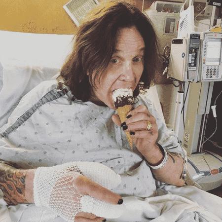 Ozzy Osbourne se recupera de cirurgia tomando sorteve - Reprodução/Instagram - Reprodução/Instagram