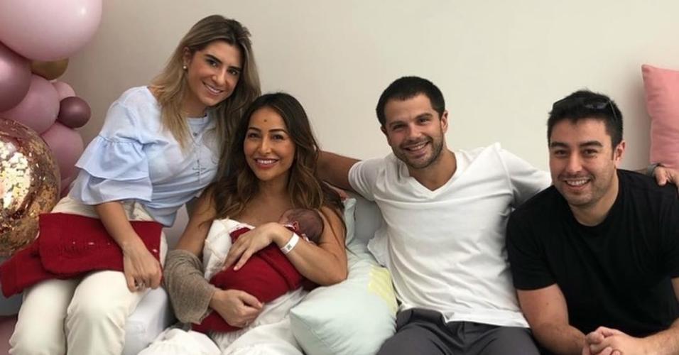 Sabrina Sato e familiares em maternidade