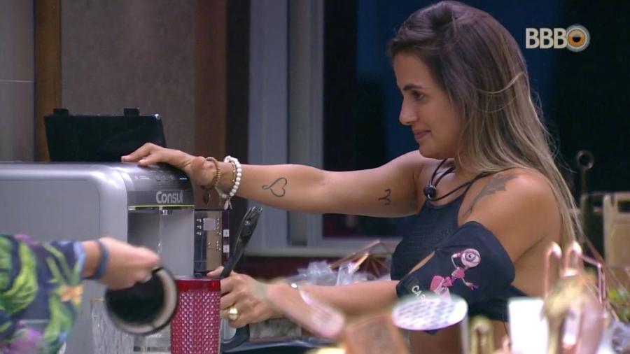 Gabriela conversa com Isabella na cozinha do confinamento - Reprodução/GloboPlay