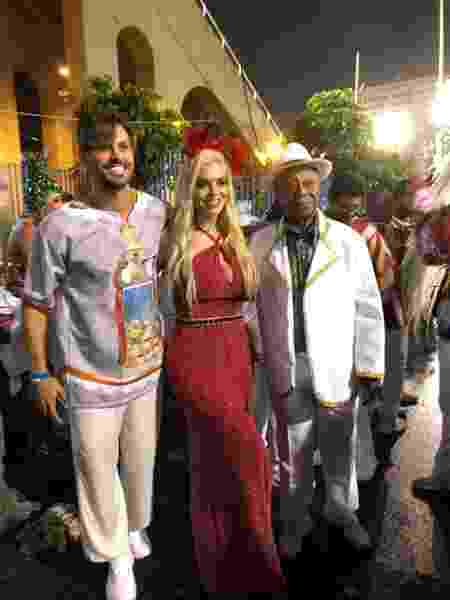 Dado Dolabella (esquerda) posa na concentração do desfile da Unidos de Padre Miguel - Monique Arruda/UOL