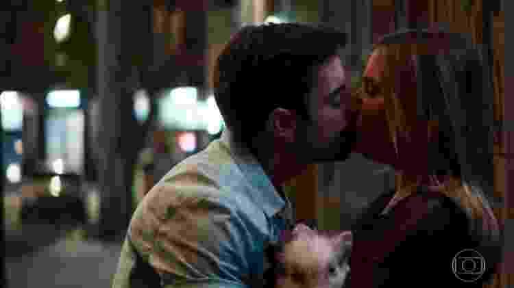 Abel (Pedro Carvalho) beija Britney (Glamour Garcia) - Reprodução/Globo