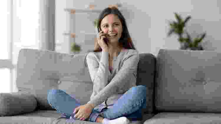 garota falando ao telefone - iStock - iStock