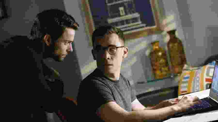 """Jack Falahee e Conrad Ricamora em cena de """"How to Get Away with Murder"""" - Divulgação"""