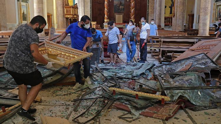 Voluntários ajudam na limpeza de escombros na Catedral Maronita de São Jorge - AFP - AFP