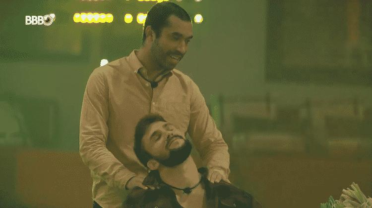 BBB 21: Gil faz massagem no ombro de Arthur durante a festa de Caio  - Reprodução/Globoplay - Reprodução/Globoplay