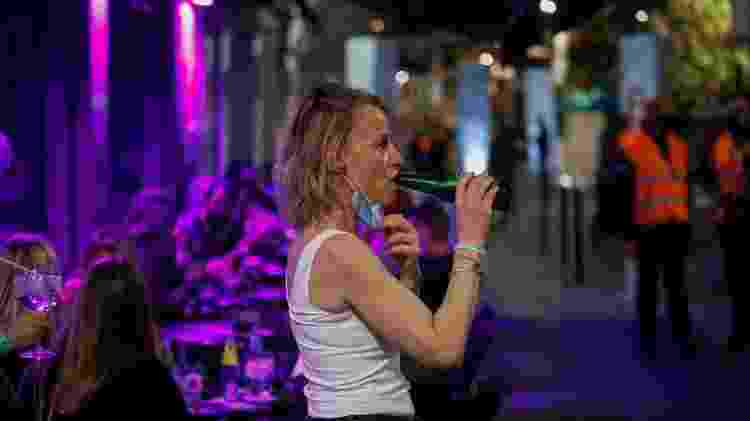 Mulher bebendo durante teste com 400 pessoas de máscaras em cinco bares de música - Europa Press via Getty Images - Europa Press via Getty Images