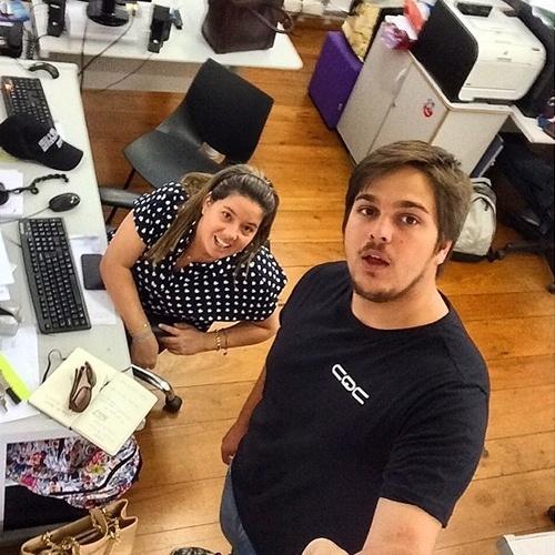 """2015 - Lucas Salles posa com a namorada, a produtora Camila Colombo, nos bastidores do """"CQC"""". """"É assim que se usa o pau de selfie?"""", escreveu"""