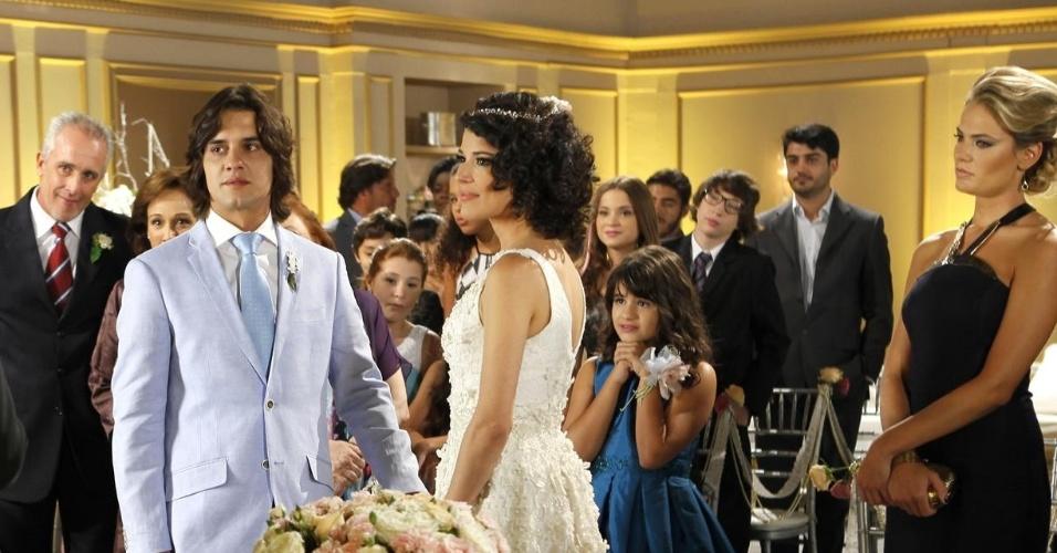 Na presença dos amigos, Carol e Júnior se casam em