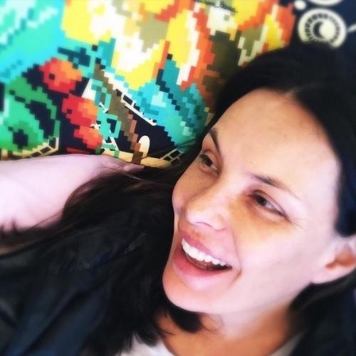 """28.jul.2015 - Carolina Ferraz se levanta cedo para amamentar nesta terça-feira e aproveita para postar foto sem maquiagem em sua conta do Instagram. """"Acordei... Amamentei às 5h30 e não dormi mais"""", disse a atriz, que deu à luz em maio deste sua sua segunda filha, Isabel"""
