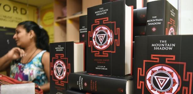 """Livraria na Índia expõe """"The Mountain Shadow"""", sequência do livro """"Shantaram"""", de Gregory David Roberts - Punit Paranjpe/AFP"""