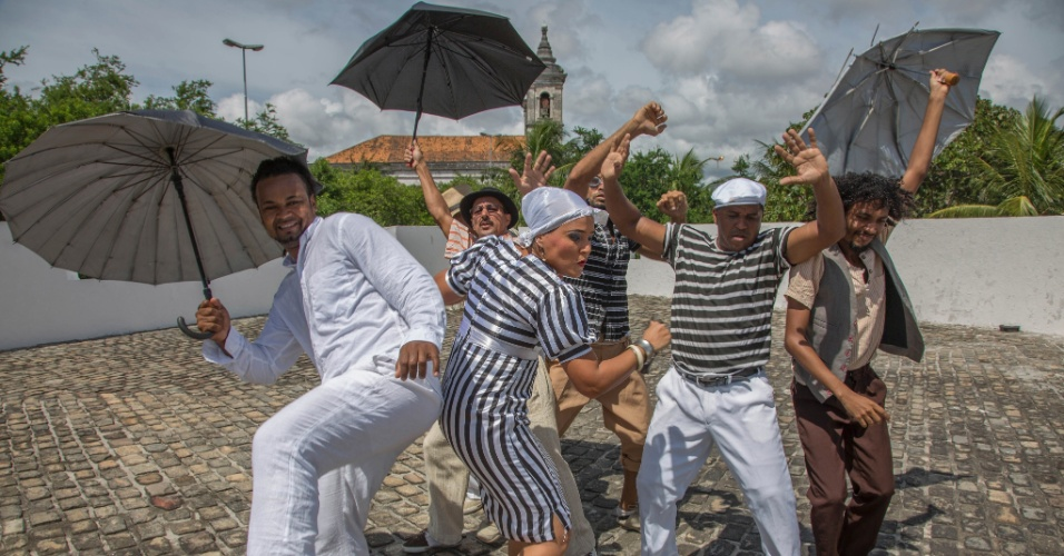 4.fev.2016 - O grupo Guerreiros do Passo, de Recife, é formado por passistas que trazem o frevo em sua forma original